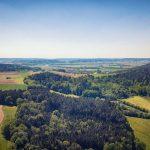 Bild: Luftbild von Breitenau im Sommer 2018 - Wald blauer Himmel, dDorf im Hintergrund
